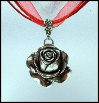 """Rose"" an strahlend rotem Halsband"